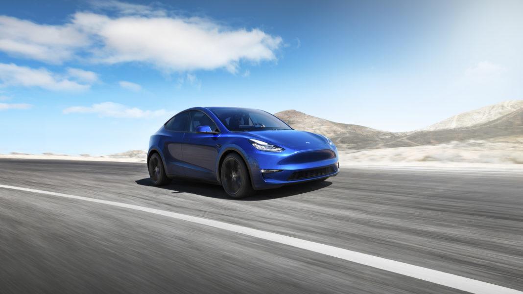 Bilde av Tesla Model Y på veien.