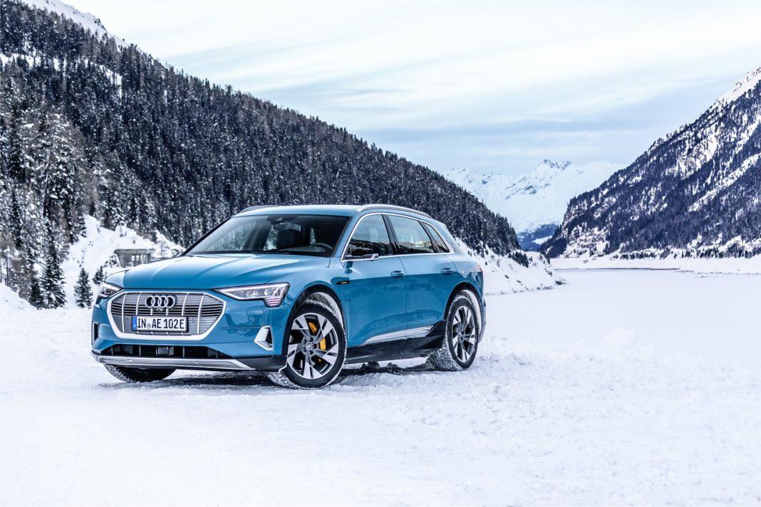 Viser bilde av Audi e-tron i vinterlandskap